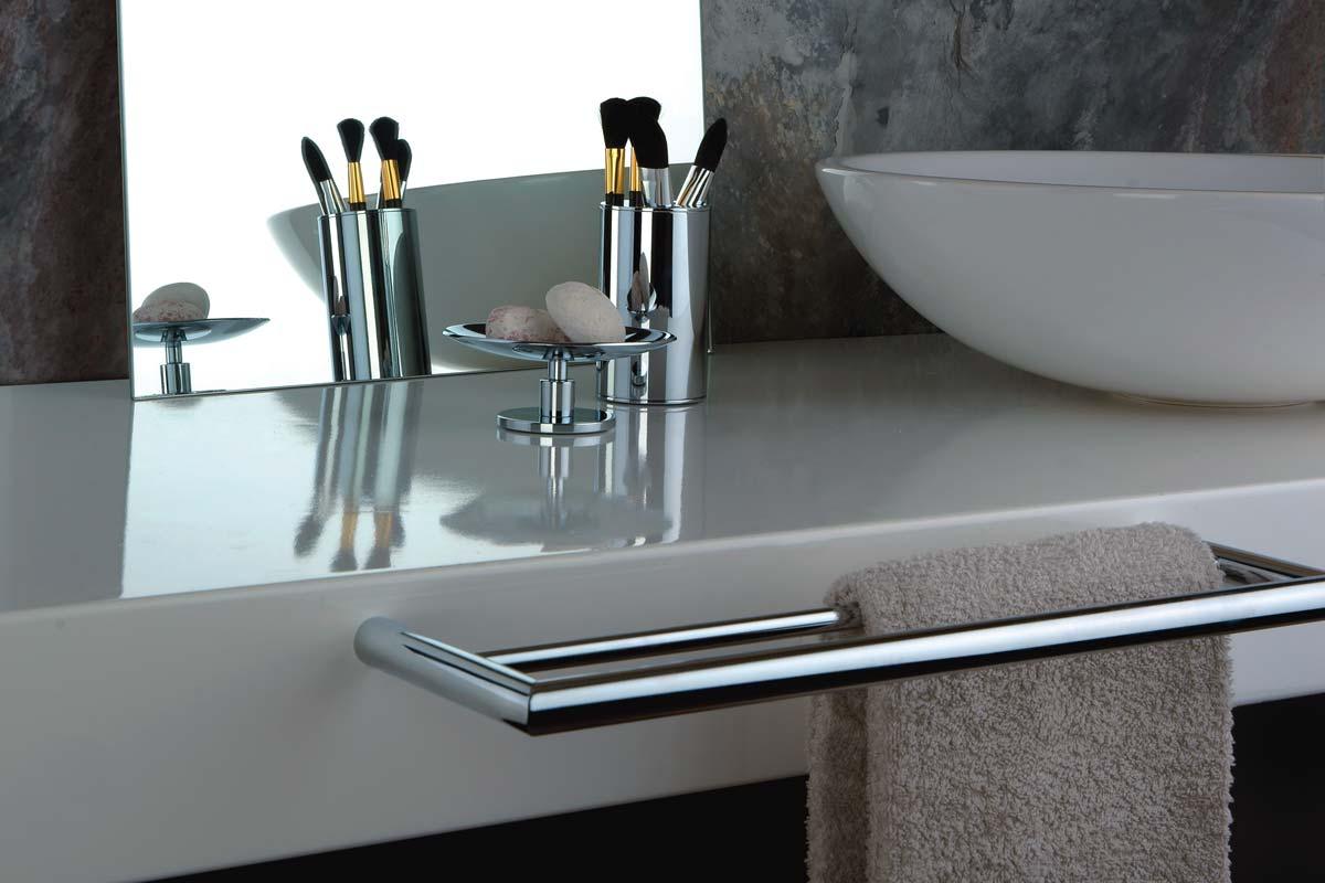 Accessoires salle de bain porte papier savon verre et peignoir habitat - Accessori bagno le bain ...